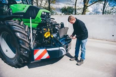 Tractor bumper frontgewicht unterfahrschutz stauboxe for Tractor verlichting
